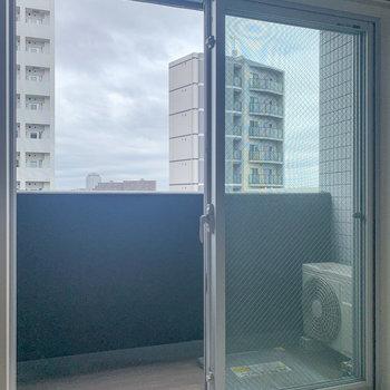 ベランダはこの窓とだいたい同じくらいの幅でした。※写真は8階の反転間取り別部屋のものです