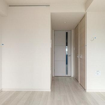 ナチュラルカラーで落ち着く雰囲気です。※写真は8階の反転間取り別部屋のものです