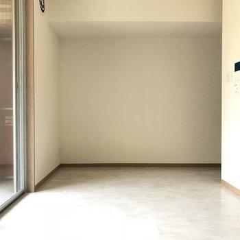 真っ白なゆったりリビング(※写真は3階の同間取り別部屋のものです)