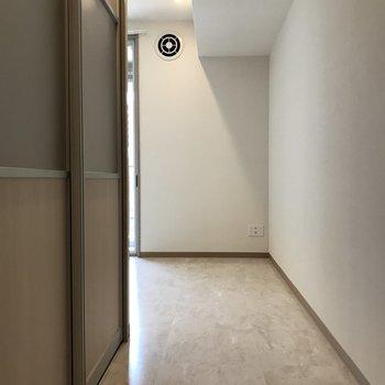 リビングに繋がる廊下もあります。(※写真は3階の同間取り別部屋のものです)