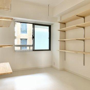 キッチン裏にはこのお部屋こだわりのランドリールーム!壁一面には可動式収納があります。