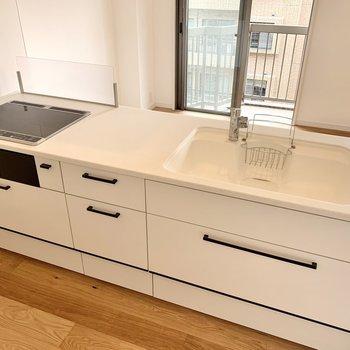 かなりの大きさのキッチン。3口IHでシンク。調理場も広々。2人で立っても◎