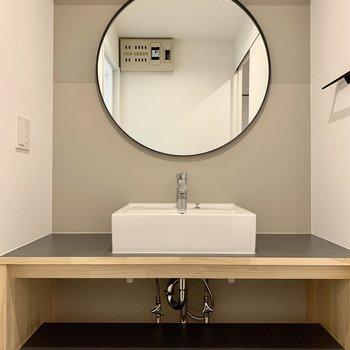 今回特別にデザインした丸い鏡の洗面台。