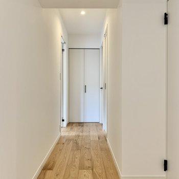 廊下にもびっしりと敷き詰められた無垢材。素敵だ。
