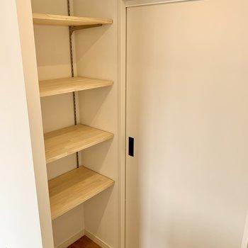 さらには可動式の棚も!パントリーとして使うのも良さそう。