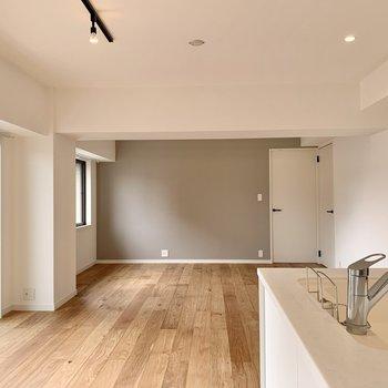 真っ白な壁には一面だけグレーのアクセントクロスが入っています。カーテンなどの色味を合わせても可愛いかも◎