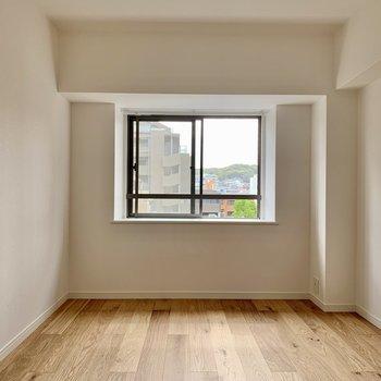 こちらは6.4帖の洋室。寝室としてちょうどいいサイズ感です。
