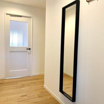 玄関を開けると可愛らしい扉がお出迎え!姿見もあるなんて、うれしい。
