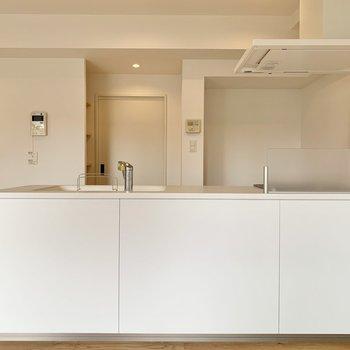 対面式のキッチンがリビングの主役。