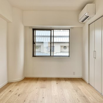 【西側洋室】エアコンも新設。コンセントはエアコン下のみの位置なので家具の配置には注意です。