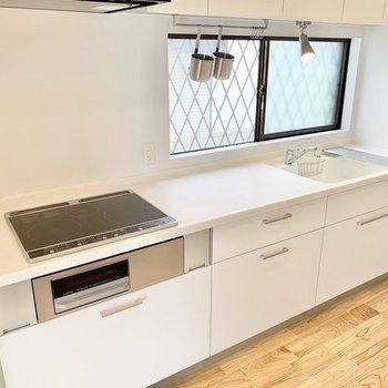 【完成イメージ】2口IH+ラジエント、グリル付きの新品キッチン。人工大理石の天板で賃貸らしくない高級感があります。
