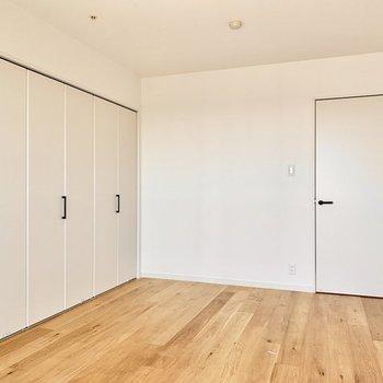 【完成イメージ】壁一面の収納でたっぷり仕舞えます。※取手はすべて白になります