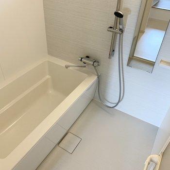 【水回り】浴室乾燥機も付いたゆったりサイズのお風呂です。