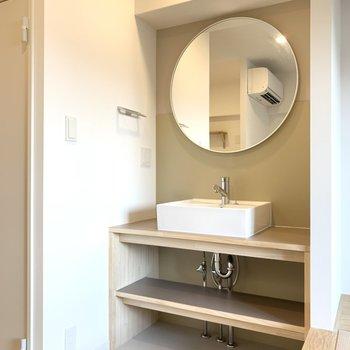 【洗面台】小上がり畳の脇には洗面台。丸い鏡が印象的な造作のものになっております。