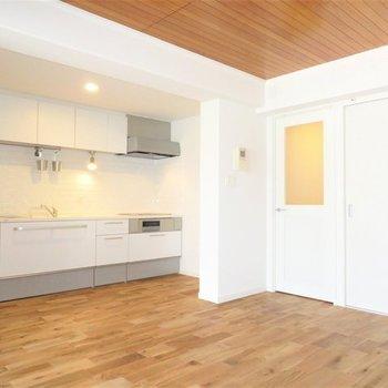 【完成イメージ】11.6帖のリビングは家族団欒にちょうどいい広さに仕上がっています。※実際の天井は白になります