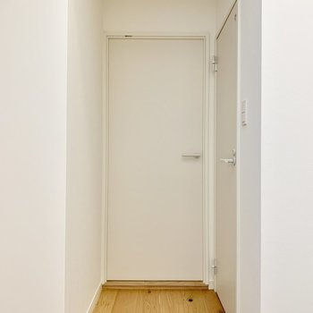 【水回り】続いては水回りへ。この扉を開けると・・・