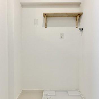 【水回り】洗濯機置き場の上には棚も新設。洗剤などはこちらに。