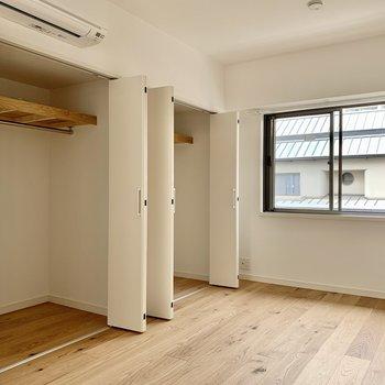 【東側洋室】窓が対になっているので風の抜けがとっても気持ちいいです。収納は奥行きがあるタイプ。