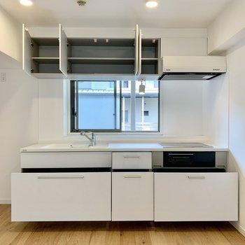 【キッチン】キッチンは広々サイズで収納力もたっぷり。目の前の窓はすりガラスになっているので廊下からの視線も気になりません。