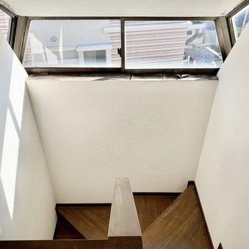 【工事中】階段外の窓から光もしっかり入るので、明るい空間。