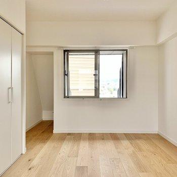 【西側洋室】7.5帖のゆったりとしたサイズ感。斜めの収納部分は季節家電などを置きましょう。