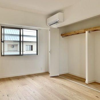 【西側洋室】壁側一面は収納になっております。2人分でも十分そうなサイズ感!