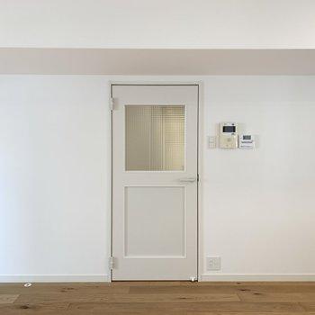 リビング入り口の建具もチェッカーガラスでかわいい〜!取っ手も白で統一感があります◎