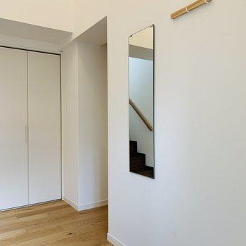 【玄関小物】玄関入った瞬間から広がる無垢の香り。全身鏡やコート掛けなども新たに取り付けます。