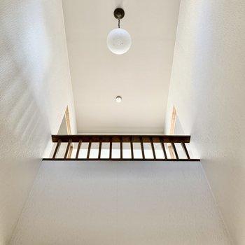 【工事中】玄関天井は吹き抜けで開放感もたっぷり!(手すり部分は壁になります)