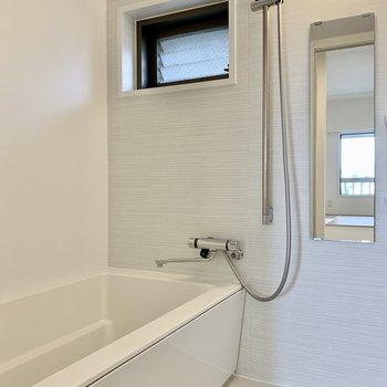 【水回り】お風呂は高級感のある白で統一された空間。