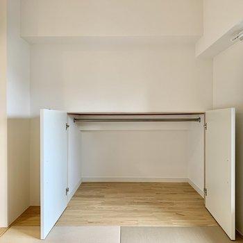 【小上がり畳】お布団や遊び道具を仕舞っておくには丁度いいサイズの収納が奥にありました。