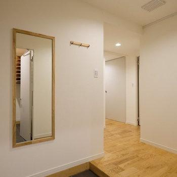 【完成イメージ】玄関入った瞬間から広がる無垢の香り。全身鏡やコート掛けなども新たに取り付けます。