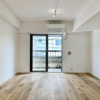 【リビング】柔らかな日当たりが無垢とマッチした空間。温かみのある空間です。