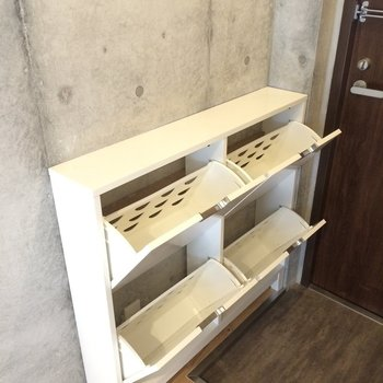 斜めタイプの靴箱で省スペースに※写真は3階の同間取り別部屋のものです