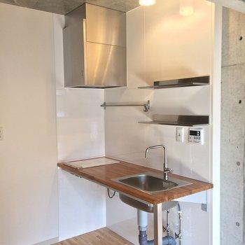 IH2口のキッチンは木製で温かみ◎※写真は3階の同間取り別部屋のものです