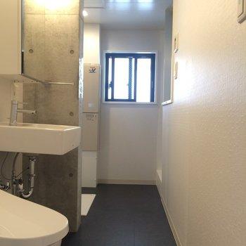 奥右側にバスルームがあります※写真は3階の同間取り別部屋のものです