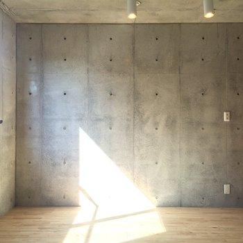 コンクリのクールな肌触り※写真は3階の同間取り別部屋のものです