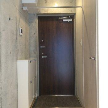 玄関はこちらです※写真は3階の同間取り別部屋のものです