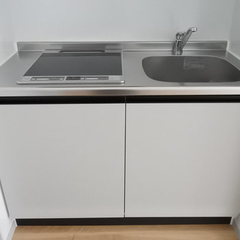 キッチンはシンプルにIHコンロ。お掃除もらくらく〜!(※写真は1階の同間取り別部屋のものです)