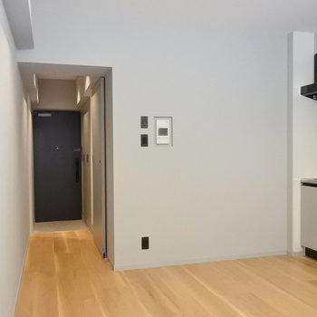 間接照明やスイッチプレートなどもお洒落。芸が細かい。(※写真は1階の同間取り別部屋のものです)