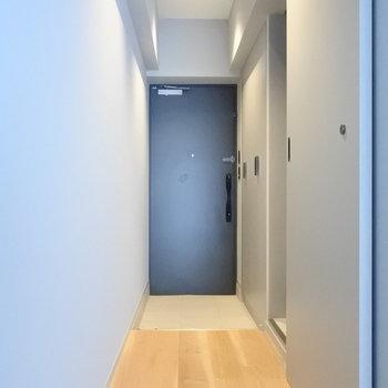 玄関も大きな収納が2つも!(※写真は1階の同間取り別部屋のものです)