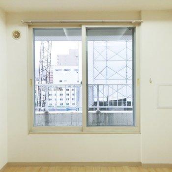 【洋室】大きめの窓もついているので朝日もしっかり入ってきます。