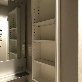 洗面台の右側に収納棚がついています。