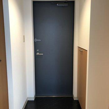 玄関はゆとりのある空間。