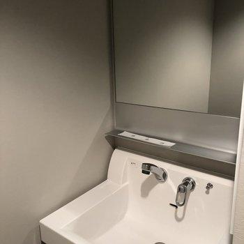 シンプルでスタイリッシュな洗面台です。