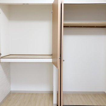 【洋室】右側のクローゼットにはお洋服を、左側にはお布団などを収納できます。