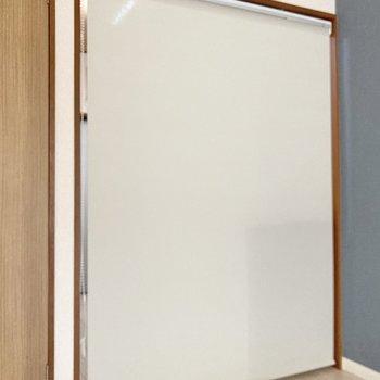 キッチンと居室の間にはロールカーテンが付いていて仕切ることができますよ。