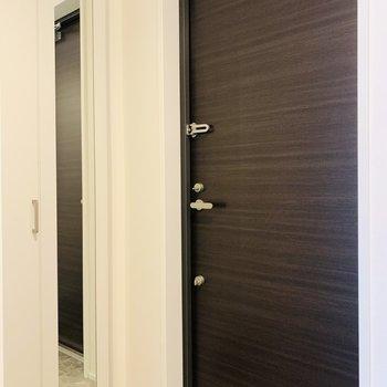 玄関には姿見があるので、出掛けに身だしなみを整えて。