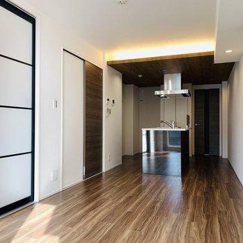 LDKはキッチンを中心に広がる空間。間接照明も良い存在感。
