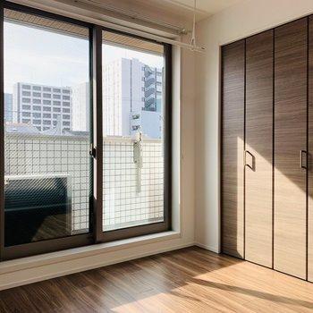 5帖南向きの洋室。ベッドルームにちょうど良いサイズ感ですね。